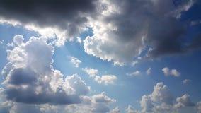 Ciemny chmurny niebo w porze deszczowa Zdjęcia Stock