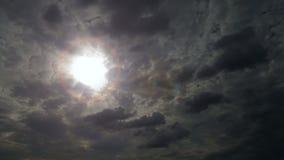 Ciemny chmurny niebo z słońce koroną słoneczną Zdjęcia Stock
