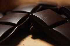 Ciemny czekoladowy bar w jucznym backround obrazy stock