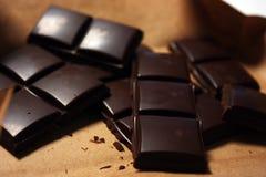 Ciemny czekoladowy bar w jucznym backround fotografia stock