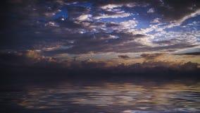 Ciemny dramatyczny niebo nad morzem obrazy stock