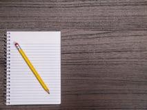 Ciemny Drewniany Desktop, Ślimakowaty notatnik, ołówek Obraz Stock