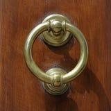 Ciemny drewniany drzwi z starą brązową rękojeścią Obrazy Stock
