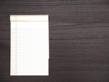Ciemny Drewniany pulpit, Notepad Zdjęcie Royalty Free