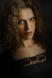 Ciemny eleganckiej kobiety portret. zdjęcia stock