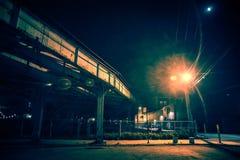 Ciemny i niesamowity miastowy miasto róg ulicy przy nocą obrazy stock