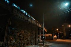 Ciemny i niesamowity miastowy miasto róg ulicy przy nocą zdjęcie royalty free