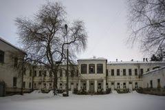 Ciemny i przerażający zaniechany nawiedzający szpital w zimnej zimy nocy fotografia royalty free