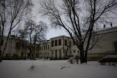 Ciemny i przerażający zaniechany nawiedzający szpital w zimnej zimy nocy fotografia stock