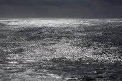 Ciemny iskrzasty morze Zdjęcia Royalty Free