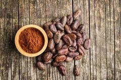 Ciemny kakaowy proszek w pucharze Zdjęcia Royalty Free