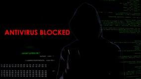 Ciemny kapiszonu mężczyzna blokował antivirus, infekuje system komputerowego, cyber atak obrazy royalty free