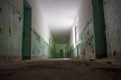 Ciemny korytarz, światło i cień, tajemniczy miejsce Zdjęcia Stock