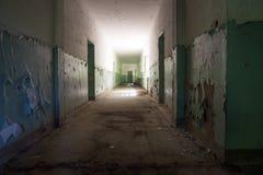 Ciemny korytarz, światło i cień, tajemniczy miejsce Fotografia Royalty Free