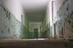 Ciemny korytarz, światło i cień, tajemniczy miejsce Zdjęcie Royalty Free