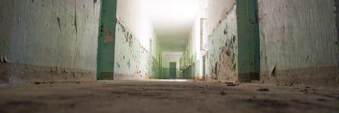 Ciemny korytarz, światło i cień, tajemniczy miejsce Fotografia Stock