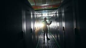Ciemny korytarz serweru pokój z IT specjalistą w nim zdjęcie wideo