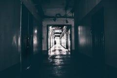Ciemny korytarz w budynku, drzwi, perspektywa zdjęcie stock