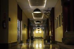 Ciemny korytarz z drzwiami, ładna perspektywa, fotografia royalty free