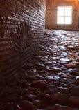Ciemny korytarz z okrzesanymi otoczakami Zdjęcia Stock