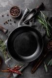 Ciemny kulinarny tło z pustą czarną niecką zdjęcia royalty free