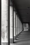 Ciemny miastowy korytarz z kolumnami, pionowo fotografia Fotografia Stock