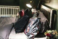 Ciemny modny domowy sypialnia wewnętrznego projekta wystrój f zdjęcie stock