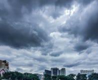 Ciemny niebo, zmrok chmura i budynek, zdjęcie stock