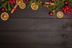 Ciemny nieociosany drewniany stołowy tło z Bożenarodzeniową dekoracji i jodły ramą Odgórny widok z bezpłatną przestrzenią dla odb fotografia stock