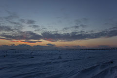 Ciemny piękny niebo Zmierzchu Słońce Szybkie unosi się chmury istnej zimy mroźny zmierzch w polu Obrazy Stock