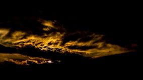 Ciemny piękny niebo Zmierzchu Słońce Szybkie unosi się chmury istnej zimy mroźny zmierzch w polu sihuette couds Fotografia Royalty Free