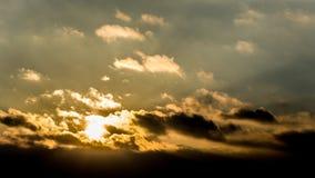 Ciemny piękny niebo Zmierzchu Słońce Szybkie unosi się chmury istnej zimy mroźny zmierzch w polu sylwetek couds Obraz Royalty Free
