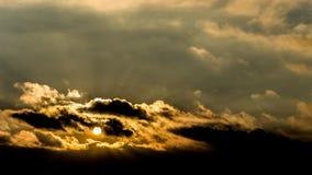Ciemny piękny niebo Zmierzchu Słońce Szybkie unosi się chmury istnej zimy mroźny zmierzch w polu sylwetek couds Obrazy Stock