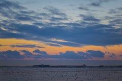 Ciemny piękny niebo Zmierzchu Słońce Szybkie unosi się chmury istnej zimy mroźny zmierzch w polu sylwetek couds Obraz Stock