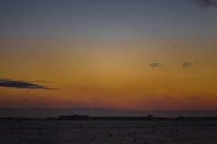 Ciemny piękny niebo Zmierzchu Słońce Szybkie unosi się chmury istnej zimy mroźny zmierzch w polu sylwetek couds Zdjęcia Royalty Free