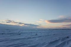 Ciemny piękny niebo Zmierzchu Słońce Szybkie unosi się chmury istnej zimy mroźny zmierzch w polu sylwetek couds Obrazy Royalty Free