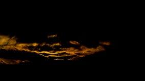 Ciemny piękny niebo Zmierzchu Słońce Szybkie unosi się chmury istnej zimy mroźny zmierzch w polu sylwetek couds Fotografia Royalty Free