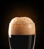 Ciemny piwo z ścinek ścieżką Zdjęcia Stock
