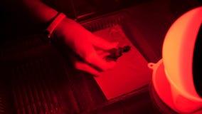 Ciemny pokój wyposażający pod fotografii laboratorium Tace z odczynnikami dla drukować ręką Darkroom drukowy proces zdjęcie wideo