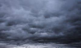Ciemny ponury burzowy niebo i chmury Obrazy Royalty Free