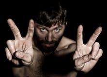 Ciemny portret straszny zły ponury brodaty mężczyzna z smirk, przedstawień zwycięstwo znak dziwaczny Rosyjski mężczyzna z nagim Zdjęcia Royalty Free