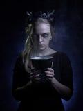 Ciemny portret zła czarownica w dymu fotografia stock