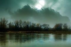 Ciemny straszny rzeka krajobraz Zdjęcie Royalty Free