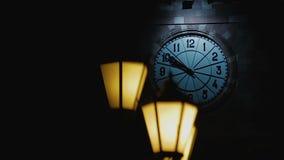 Ciemny sylwetki omijanie ulicznym lampionem, horror opowieść zakrywająca z nocą zdjęcie wideo