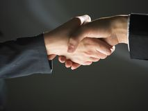 ciemny uścisk dłoni handshaking światło obrazy stock