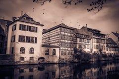 Ciemny widok atakujący duchami w Alsace Strasburski miasto zdjęcie stock
