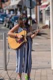Ciemny z włosami żeński piosenkarz na ulicie z okularami przeciwsłonecznymi i Fotografia Stock