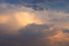 Ciemny zimy niebo z gęstymi gruzłami Fotografia Stock