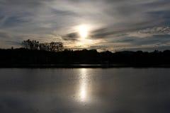 Ciemny zmierzch nad jeziorem Obraz Royalty Free