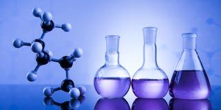 Ciencia de la química, fondo de la cristalería de laboratorio Foto de archivo libre de regalías
